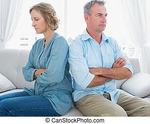 meio envelheceu, par, sentar-se couch, falando, após, um,...