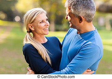 meio, idade, abraçar, junte ao ar livre