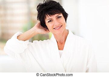 meio, mulher, envelhecido, bathrobe, fresco