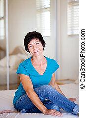 meio, mulher, envelhecido, casual, relaxante