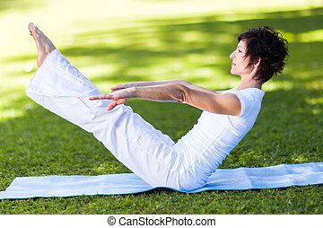 meio, mulher, envelhecido, ioga posa