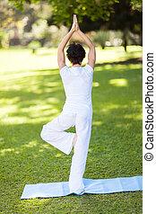 meio, mulher, ioga, envelhecido, ao ar livre
