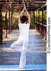 meio, mulher, ioga, envelhecido, pose