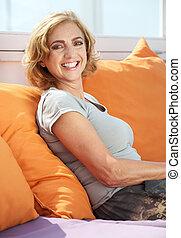 meio, mulher sorridente, envelhecido, ao ar livre