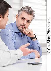 meio, negócio, envelhecido, jovem, sentando, escutar, ...