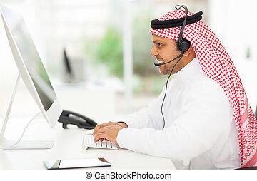 meio oriental, homem negócios, trabalhar, um, computador