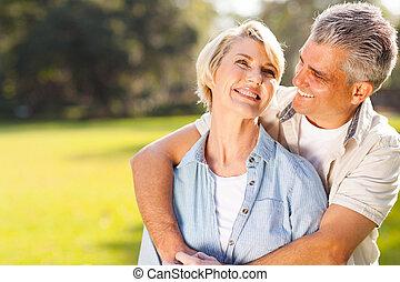 meio, par, envelhecido, ao ar livre, abraçar