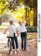 meio, par, envelhecido, desfrutando, ao ar livre