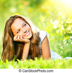 meisje, beauty., gras, buiten, het liggen, groene, lente, mooi