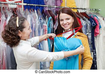 meisje, chooses, galajurk, op, de opslag van de kleding