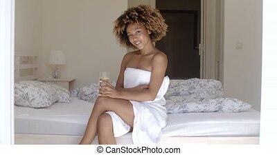 meisje, drinkt, zoet water, op het bed