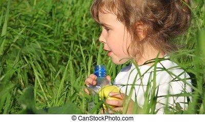 meisje, drinkwater, van, fles, en, handappel