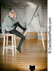 meisje, en, bouwsector, ladder., studio vuurde, van, een, jonge vrouw , met, een, bouwsector, ladder, in, de, kamer