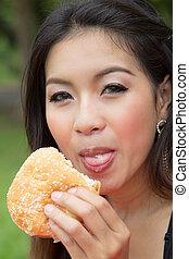 meisje, eten, een, cheeseburger