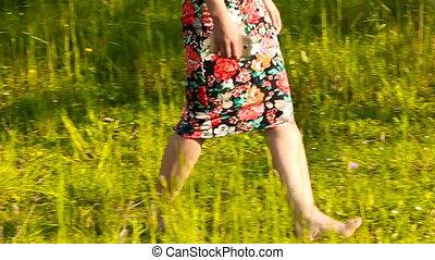 meisje, gras, blootsvoets, wandelende
