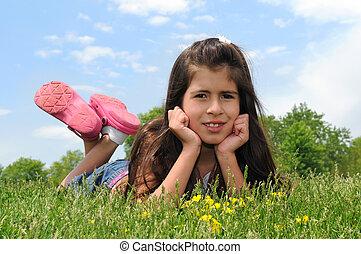 meisje, gras, het leggen, jonge