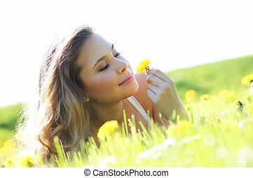 meisje, gras, jonge, het liggen, aantrekkelijk