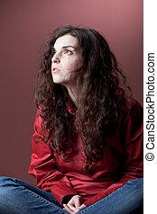 meisje, grond, rode achtergrond, zittende