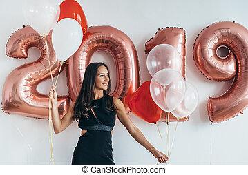 meisje, het poseren, met, ballons, spelend, en, vieren