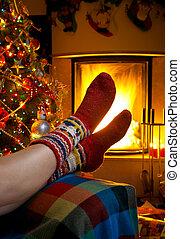 meisje, het rusten, in, kamer, met, openhaard, kerstmis