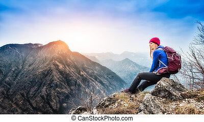 meisje, het rusten op, top van de berg, na, een, trek