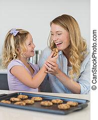meisje, het voeden, koekje, moeder