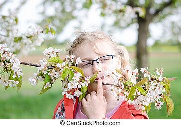 meisje, in, bril, en, bloeien, takje, van, boompje