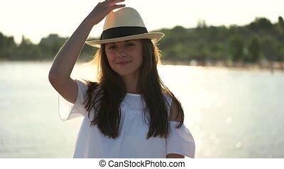 meisje, in, hoedje, het glimlachen, op, de, achtergrond, van, de, zee