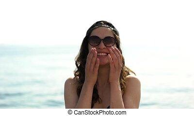 meisje, in, sunglases, en, honkbal hoofddeksel, het glimlachen
