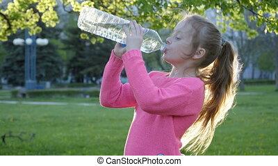 meisje, is, drinkwater, van de fles