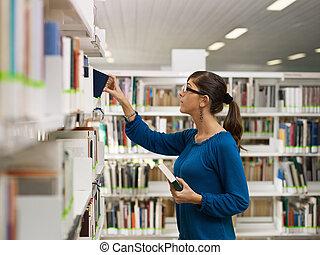 meisje, kies, boek, in, bibliotheek