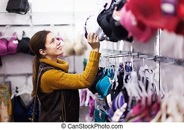 meisje, kies, bustehouder, op, de opslag van de kleding