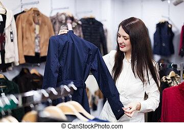 meisje, kies, jas, op, boutique