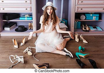 meisje, kies, schoentjes, in, haar, kleerkast