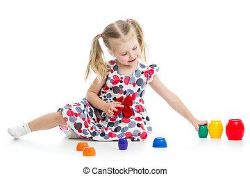 meisje, kind gespeel, met, kop, speelgoed, vrijstaand, op, witte
