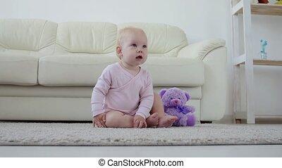 meisje, kruipen, -, thuis, baby, kinderen, concept, babyhood...