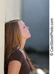 meisje, leunend tegen muur