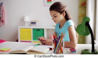 meisje, met, smartphone, af het leiden, van, huiswerk
