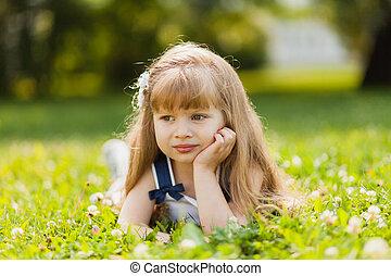 meisje, met, zonnebloem, in, zomer, akker