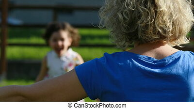 meisje, omhelzing, weinig; niet zo(veel), rennende , haar, moeder