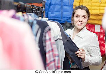 meisje, op, de opslag van de kleding