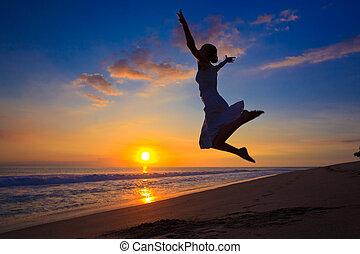 meisje, springt, ondergaande zon , jonge