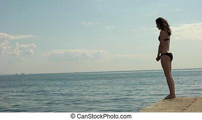 meisje, springt, van, de, pijler, in, de, zee