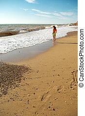 meisje, strand, wandelende