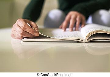 meisje, studerend , literatuur, met, boek, thuis