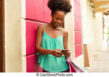 meisje, tekst, shoppen , amerikaan, telefoon, afrikaan, messaging