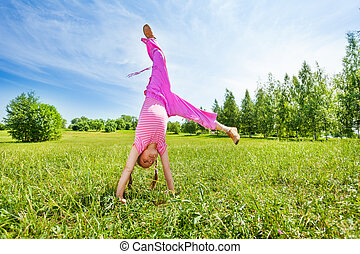 meisje, vervaardiging, tik, op, gras, staand, ondersteboven
