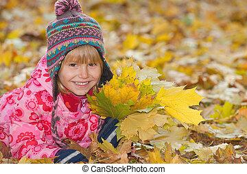 meisje, weinig; niet zo(veel), bladeren, gele, het glimlachen
