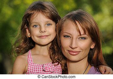 meisje, weinig; niet zo(veel), het glimlachen, haar, moeder
