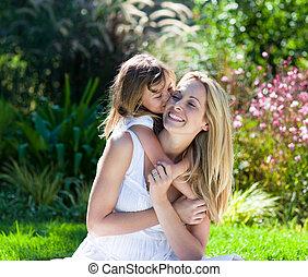 meisje, weinig; niet zo(veel), kussende , haar, moeder, park